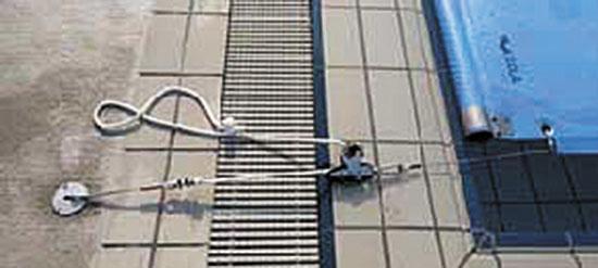 Набор для защиты от ветра, включает в себя усиление боковых сторон покрытия тросом из нерж. стали и